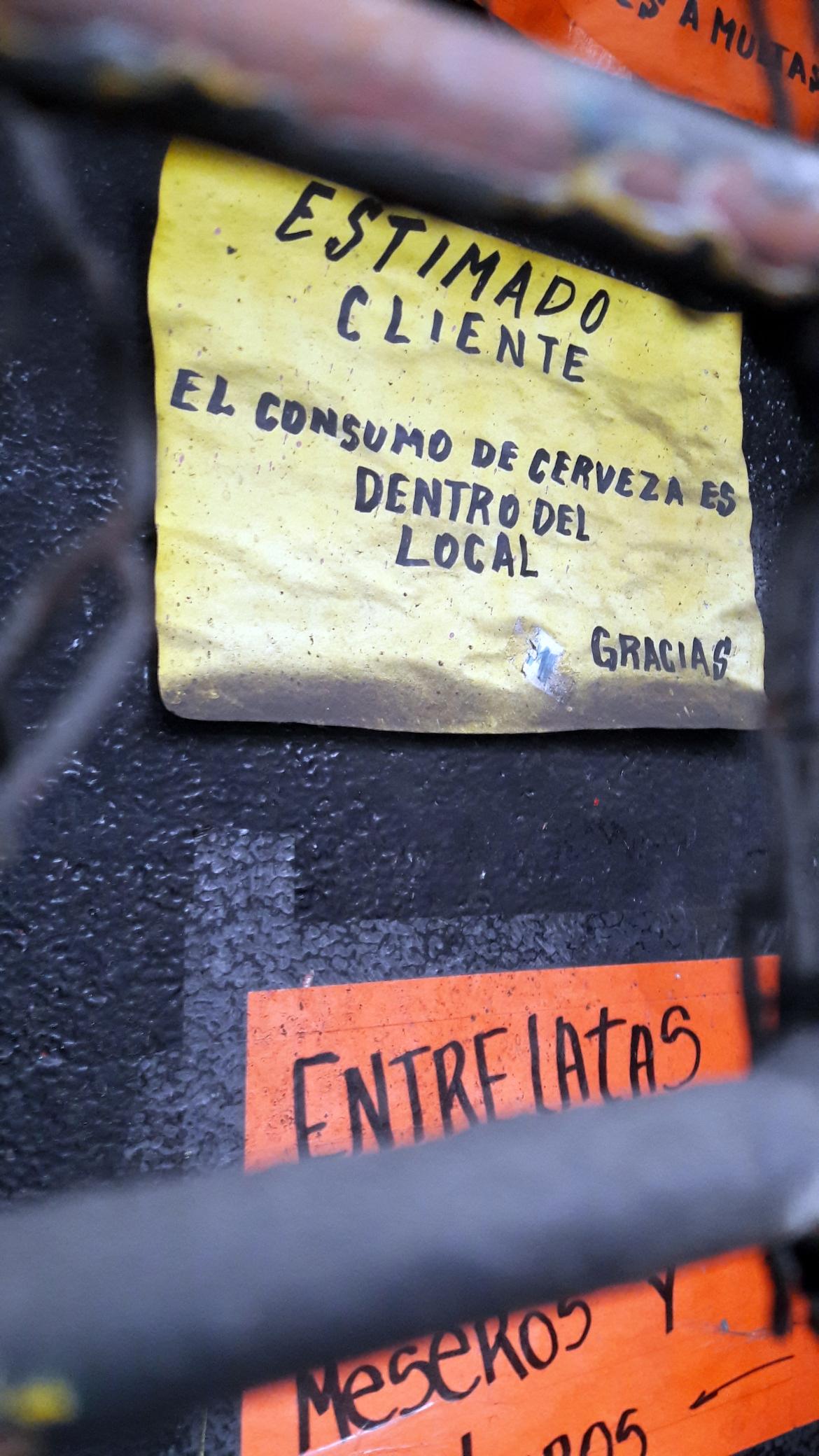 El acceso del Entrelatas aún conserva afiches pegados en la época de su cierre. © El Picadista